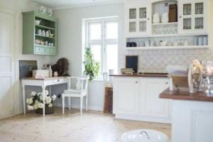 Küche mit Regal im Landhausstil