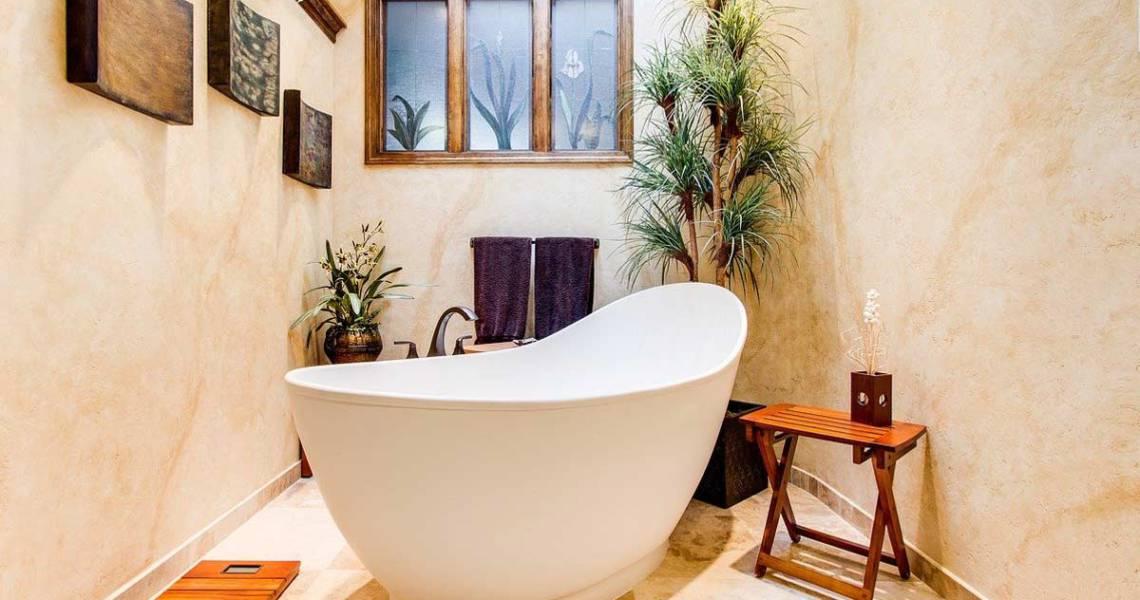 Badezimmer mit Badewanne und Pflanzen